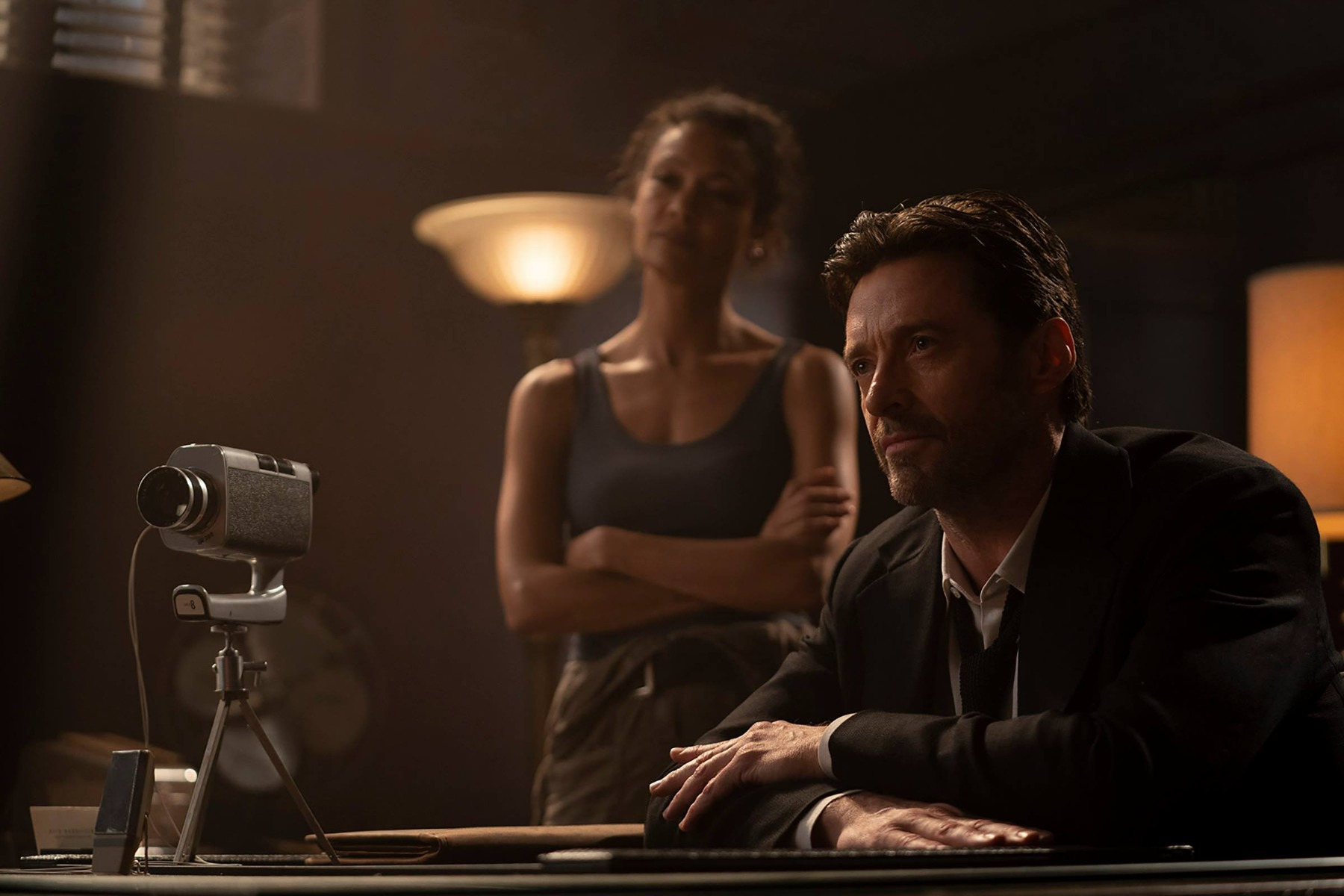 """> Hugh Jackman lần theo dấu vết ký ức trong trailer mới toanh của """"Reminiscence"""": mới lạ và bí ẩn không kém """"Inception"""" năm nào"""