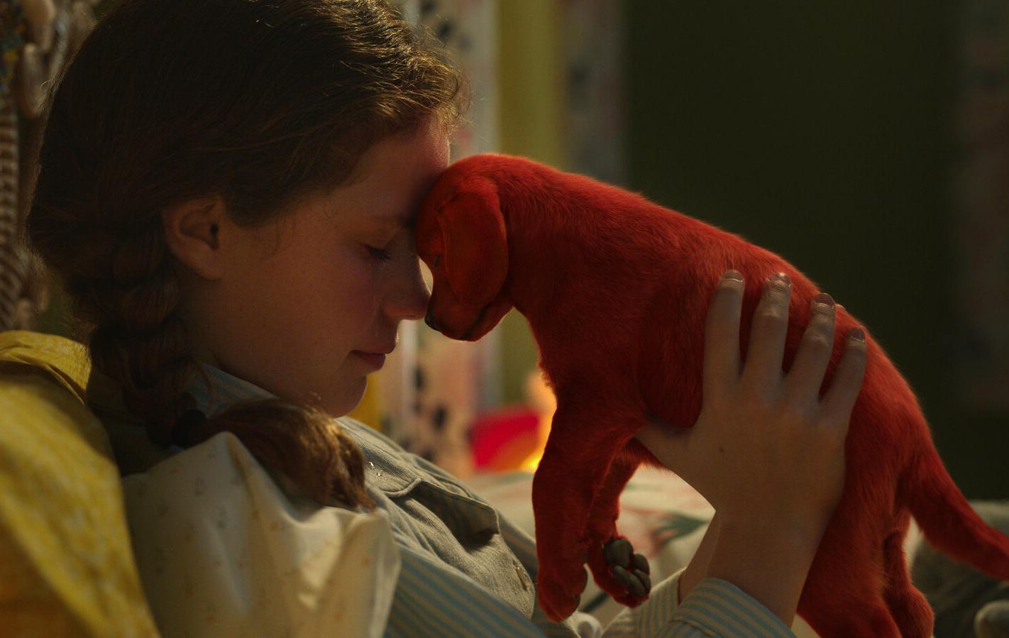 """>Phim về chú chó đỏ khổng lồ nổi tiếng thế giới tung trailer đáng yêu đến """"tan chảy"""""""